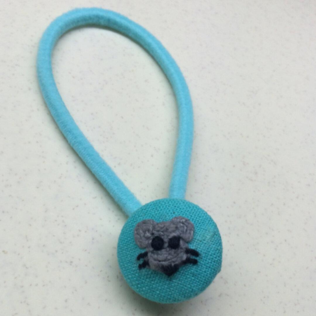 (訳あり)(送料込)ねずみさん刺繍ヘアゴム ハンドメイド くるみボタン  手刺繍 ネズミ 鼠 マウス