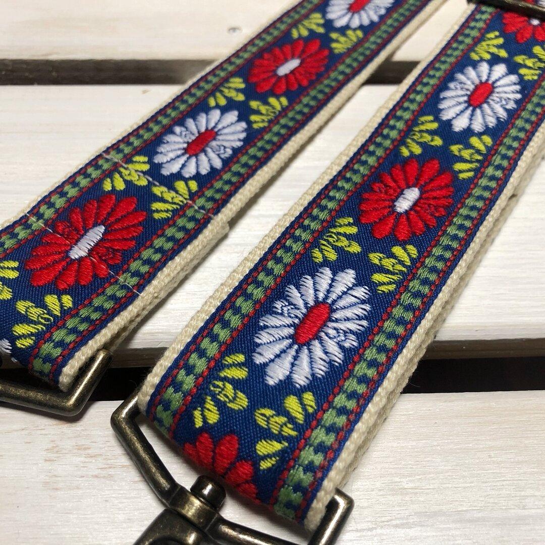 38mm幅・斜め掛け用ストラップ★ 生成りベルト+ブルーグレーに赤白の大きな花刺繍のチロリアンテープ★和でもエスニックでも♪