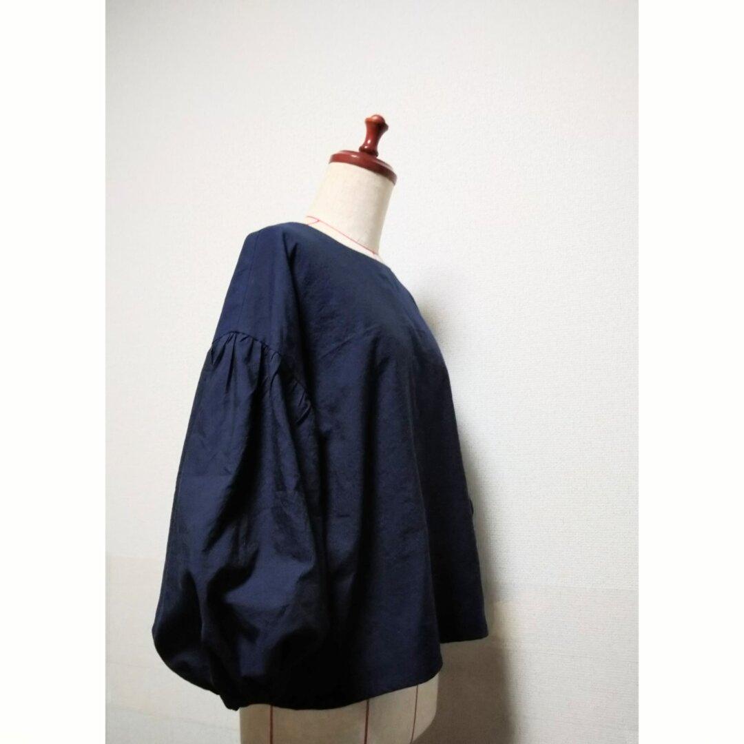 ベルギーハーフリネンの(ダークネイビー)先染めシャンブレーのバルーン袖ブラウス