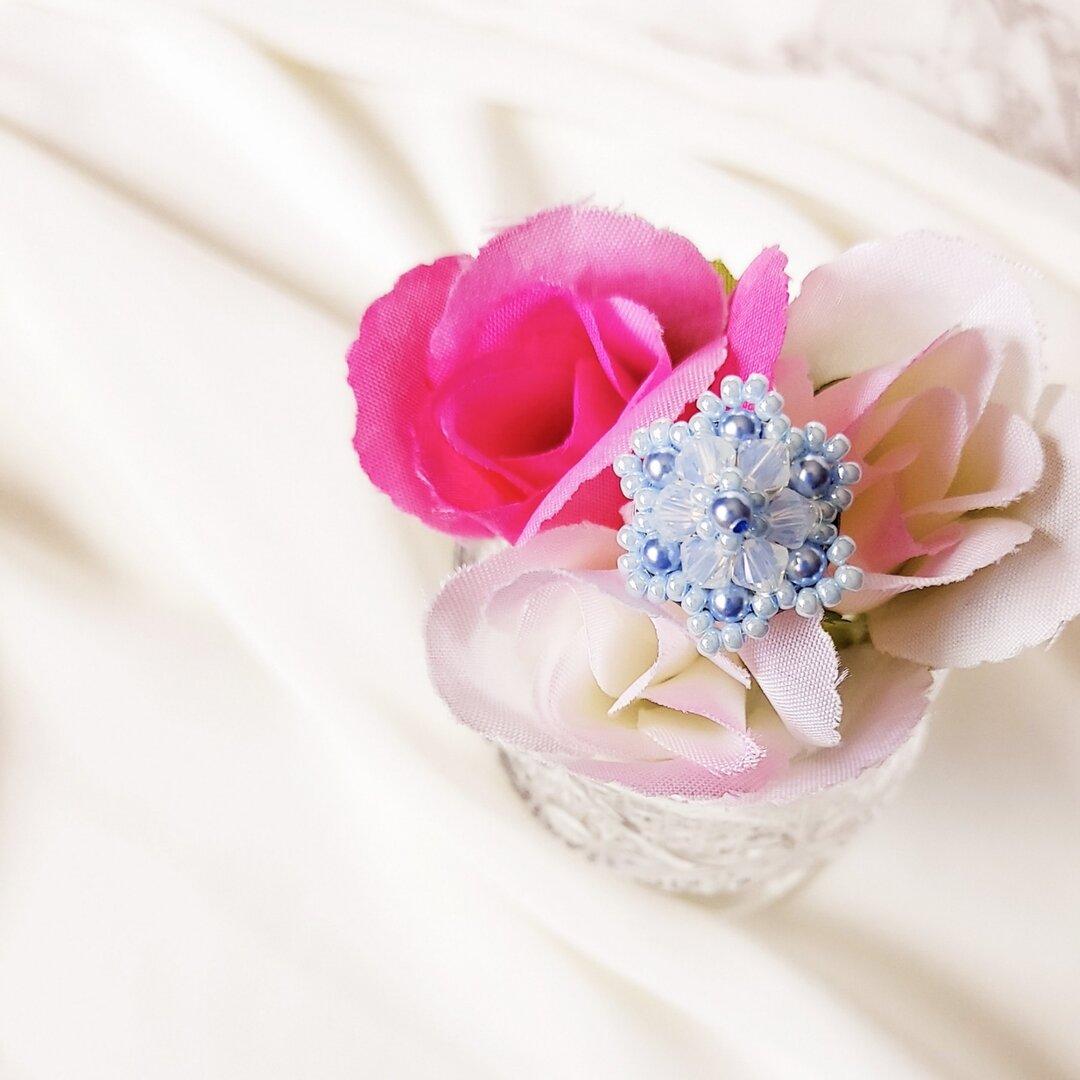 可愛いお花のブローチ〈ライトブルー〉