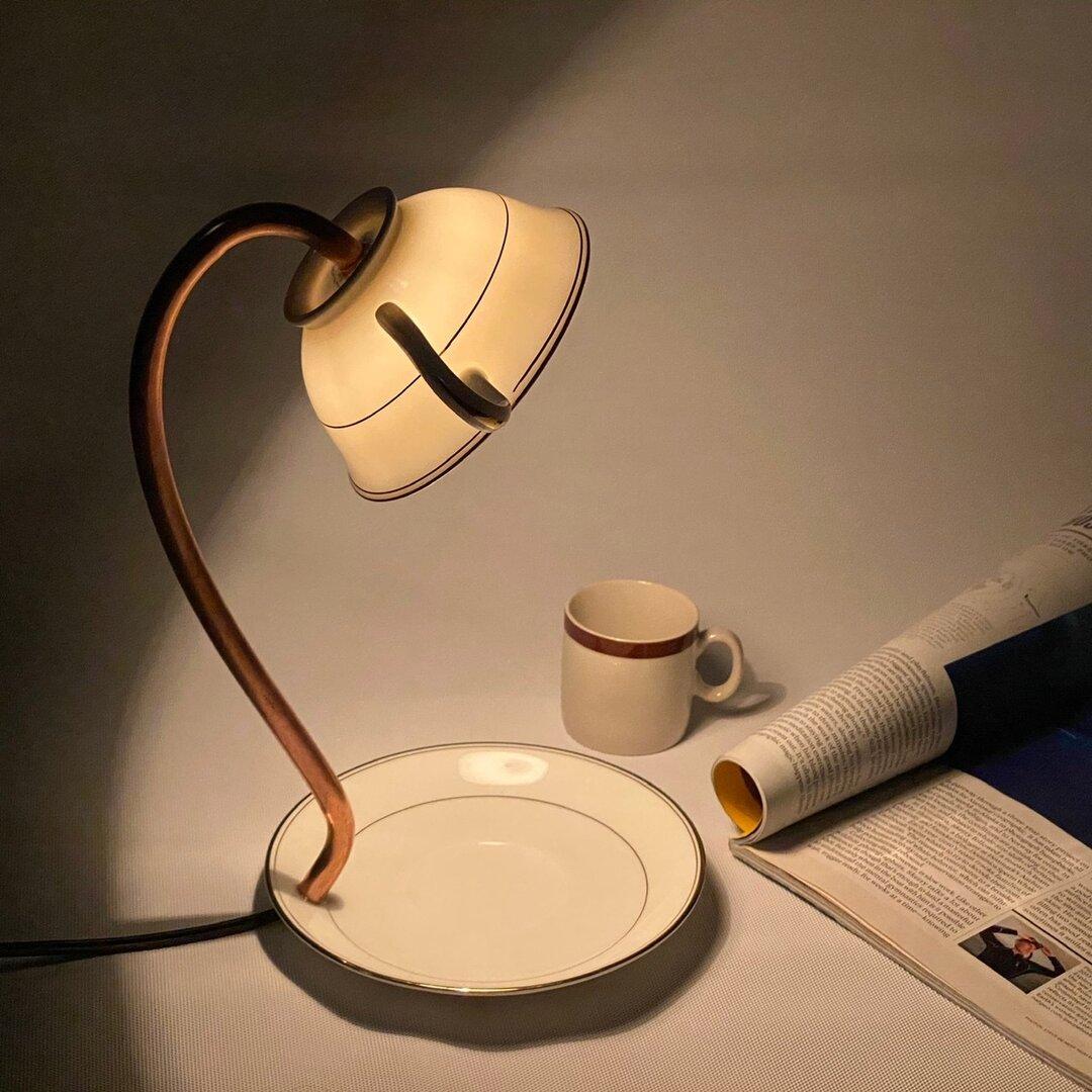 シンプルにあかりを灯すテーブルランプ