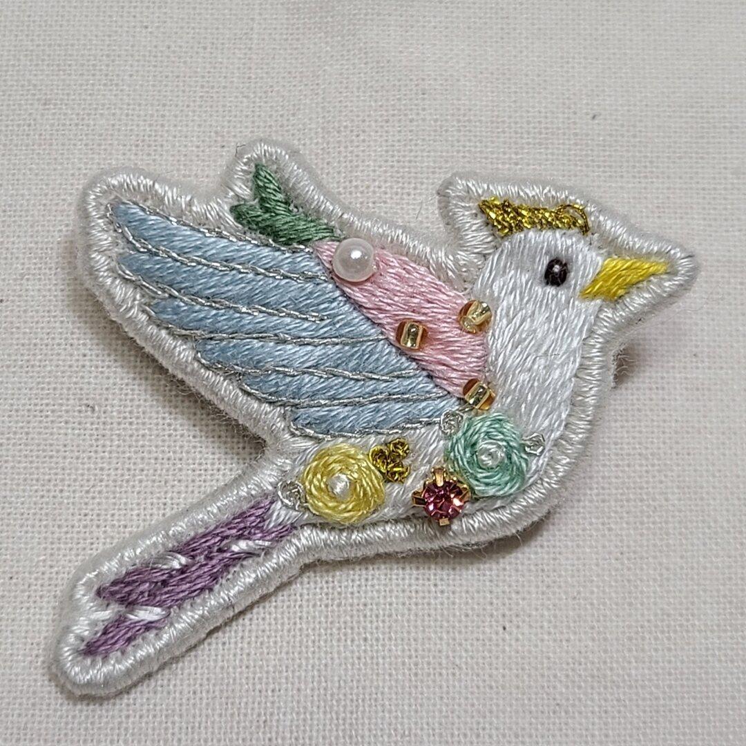 手刺繍 鳥ブローチa ~ライト~