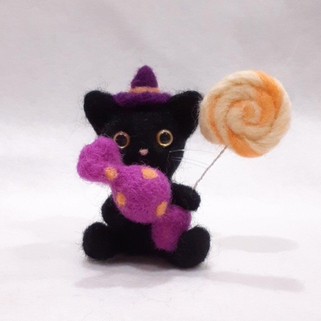 羊毛フェルトのハロウィン飾り キャンディを持つ黒猫ちゃん