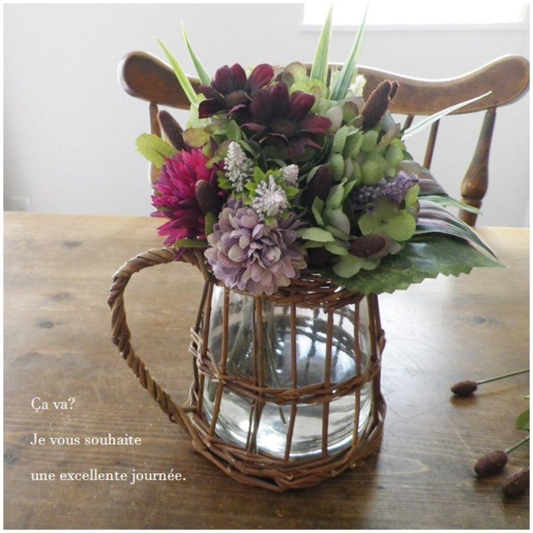 ナチュラルな柳&ガラスの花器にこぼれないお水と秋色のお花をたっぷりと飾って♪