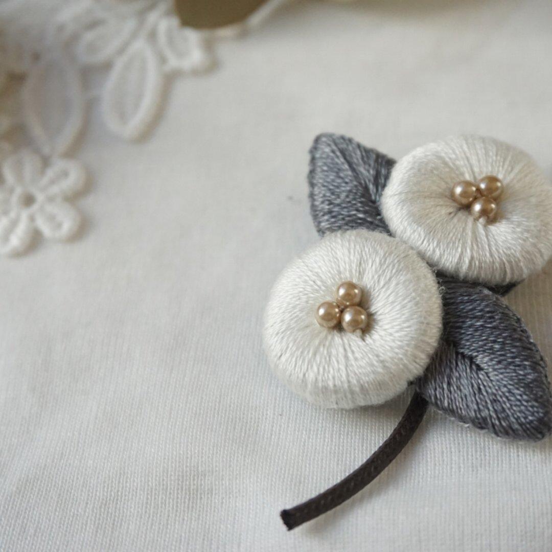 ふっくら野花の刺繍ブローチ[オフホワイト]