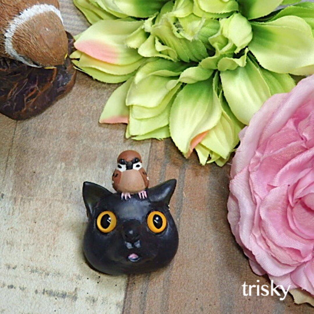 鳥のブローチ ネコの頭の上でくつろぐスズメ(黒ネコバージョン)