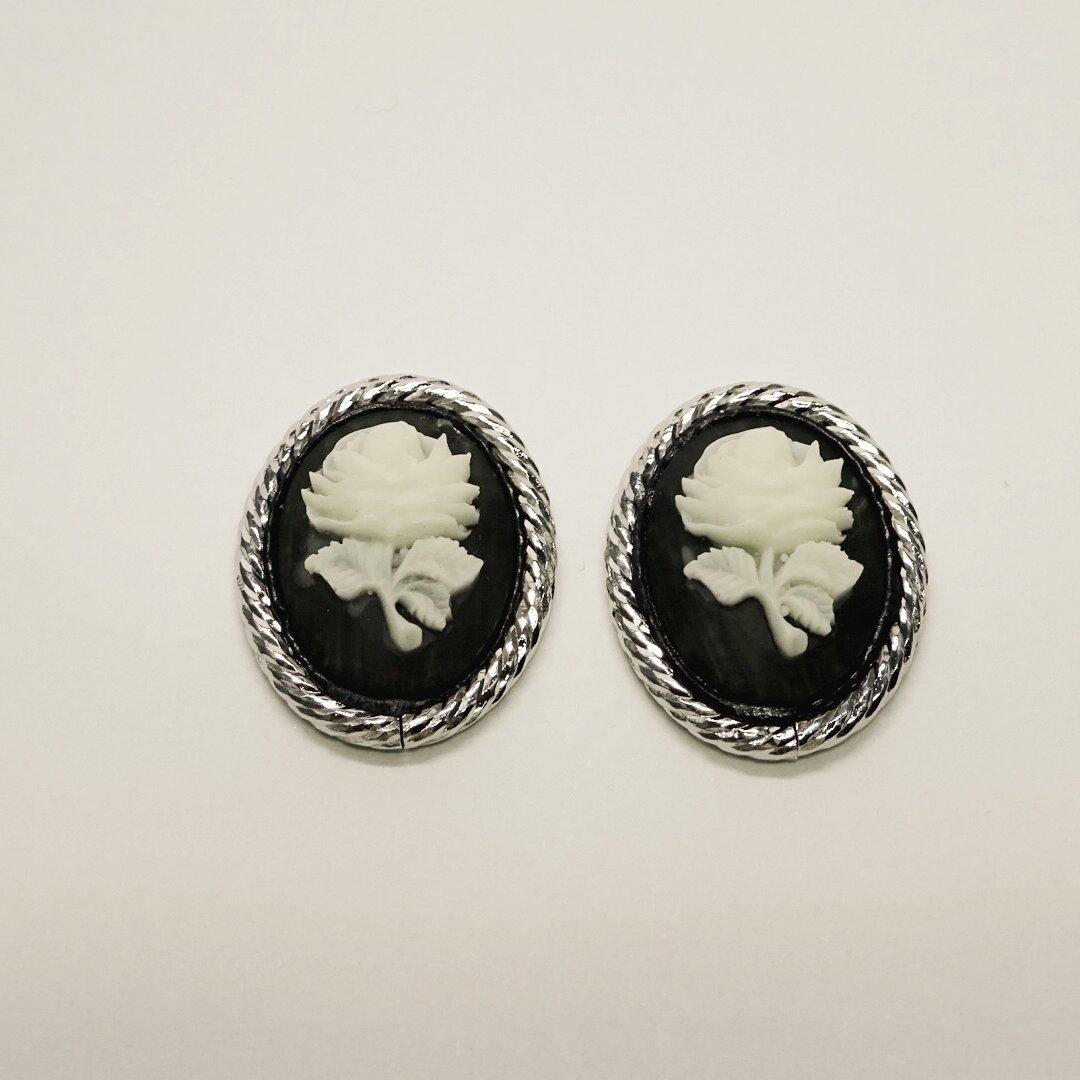 【ブラック シルバー】薔薇のカメオ スタッドピアス/イヤリング