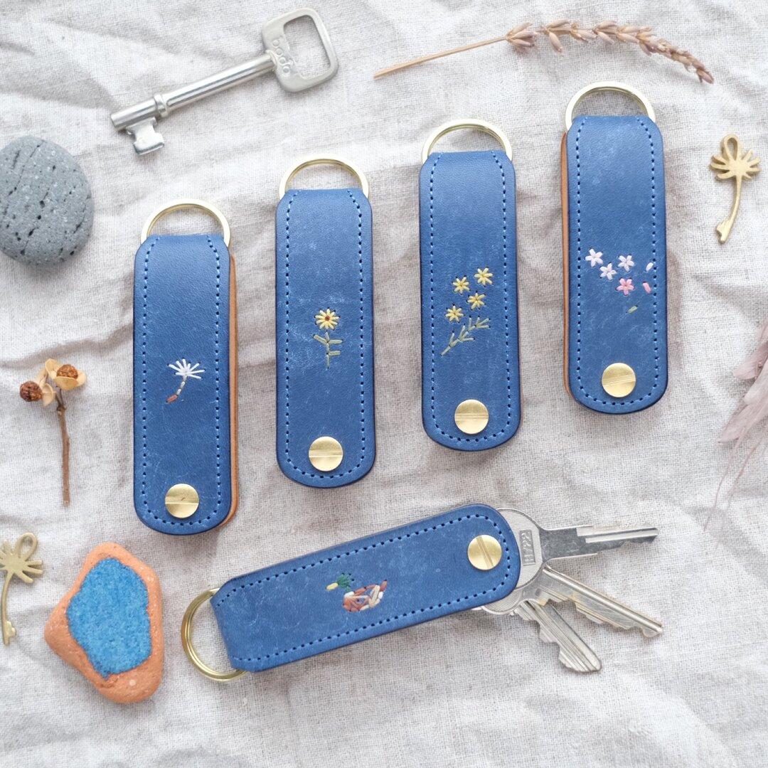 手のひらサイズのキーケース コバルトブルー 刺繍