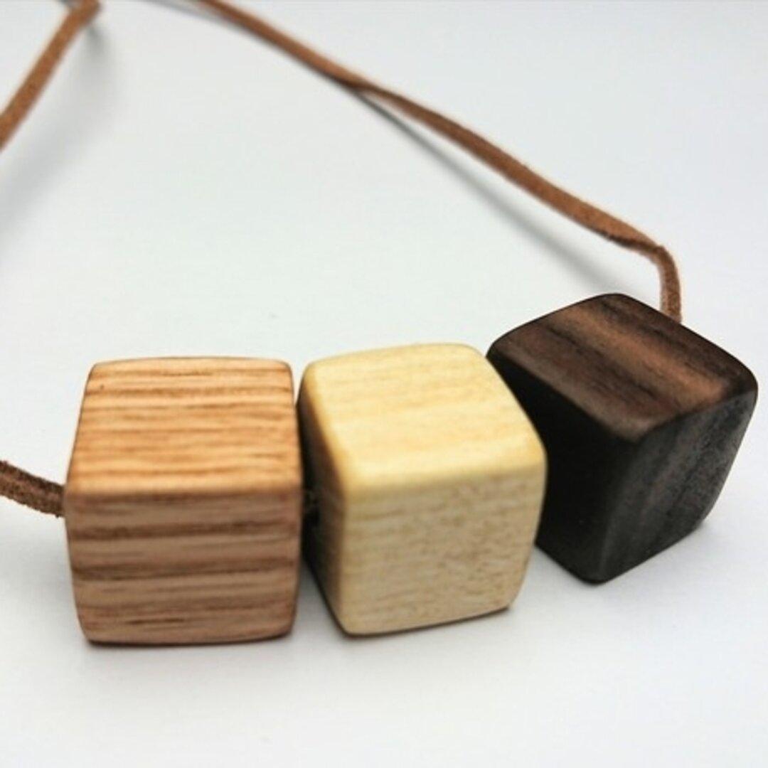 木のキューブネックレス