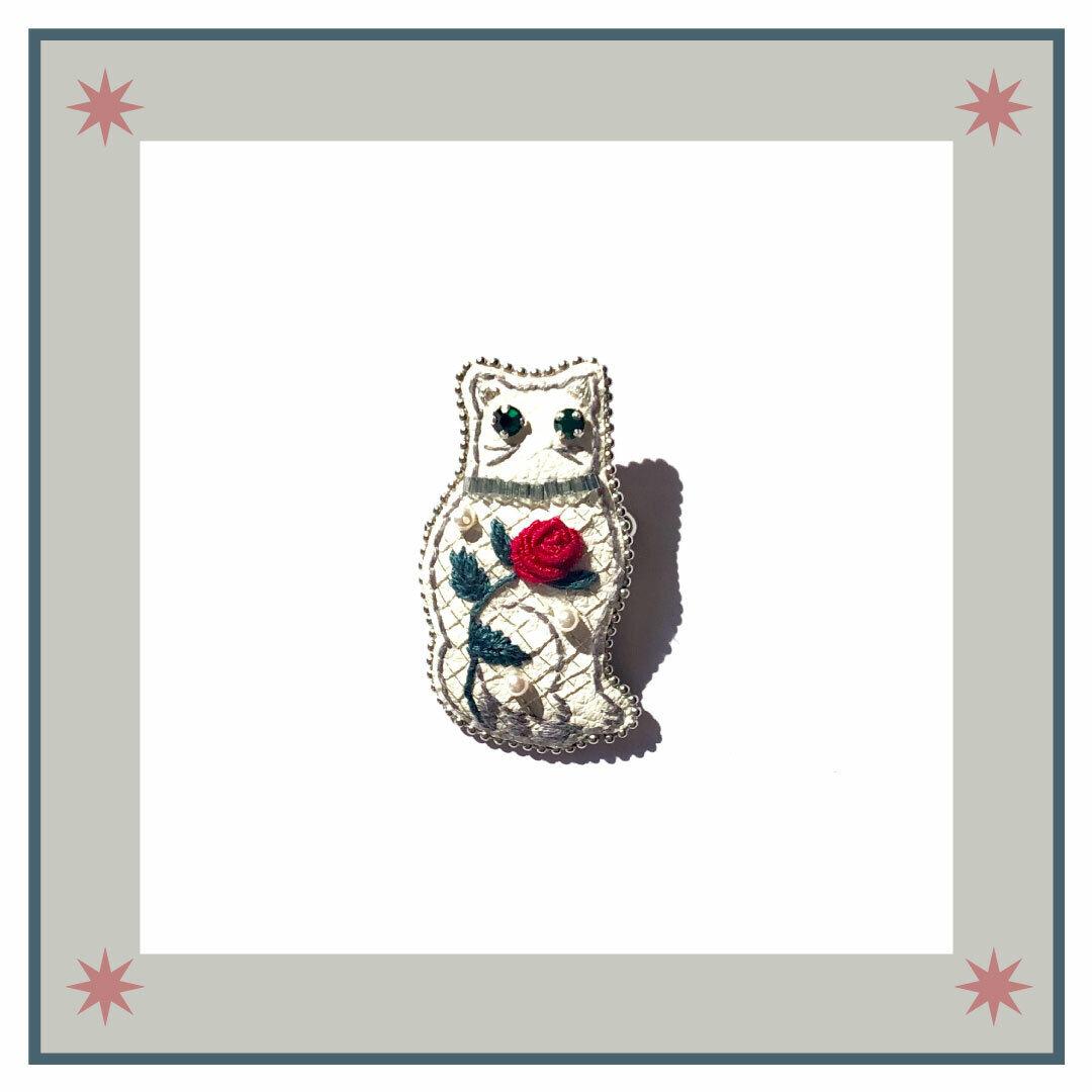 ◇おすわりキャット刺繍ブローチ◇classic series