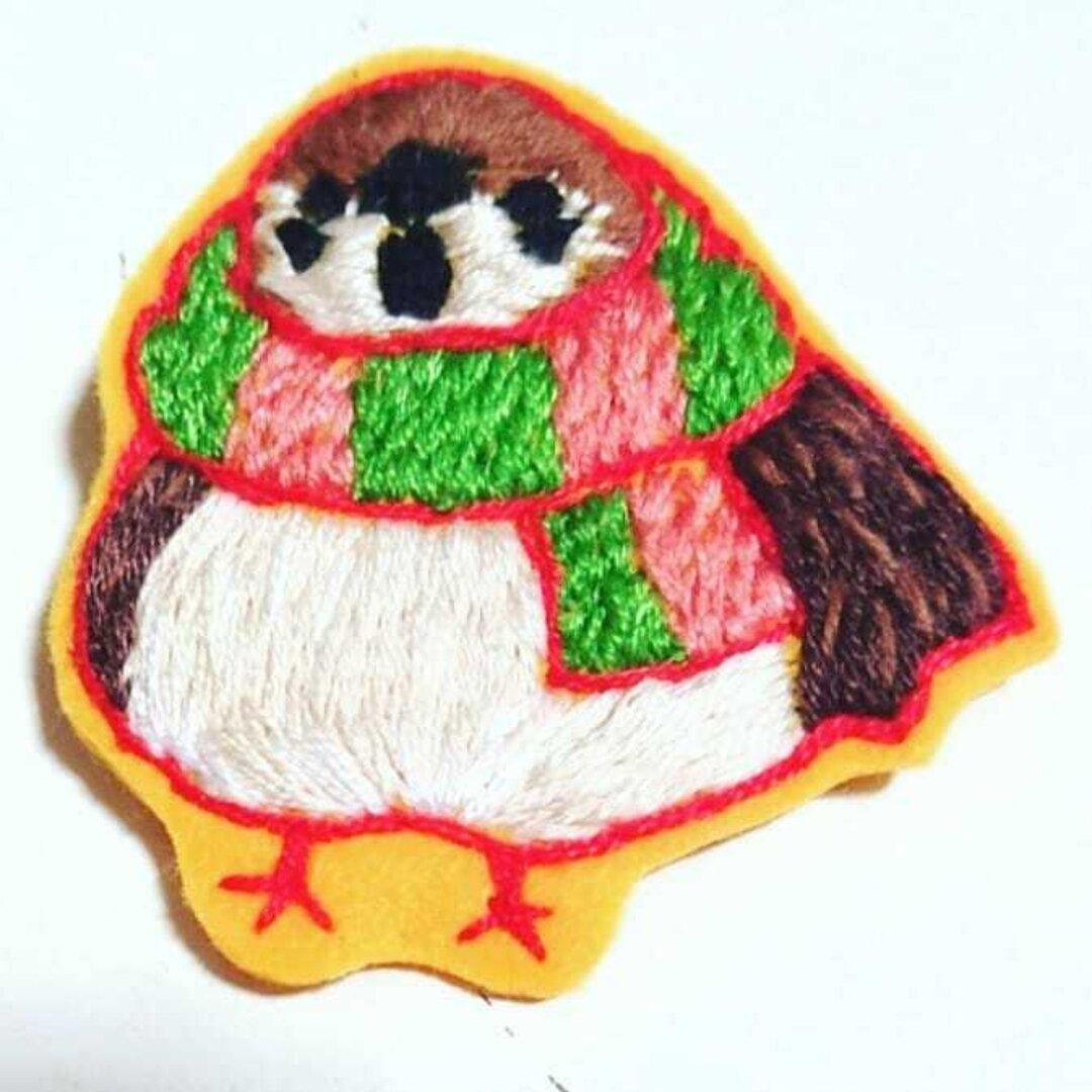 手刺繍 冬のすずめ ブローチ
