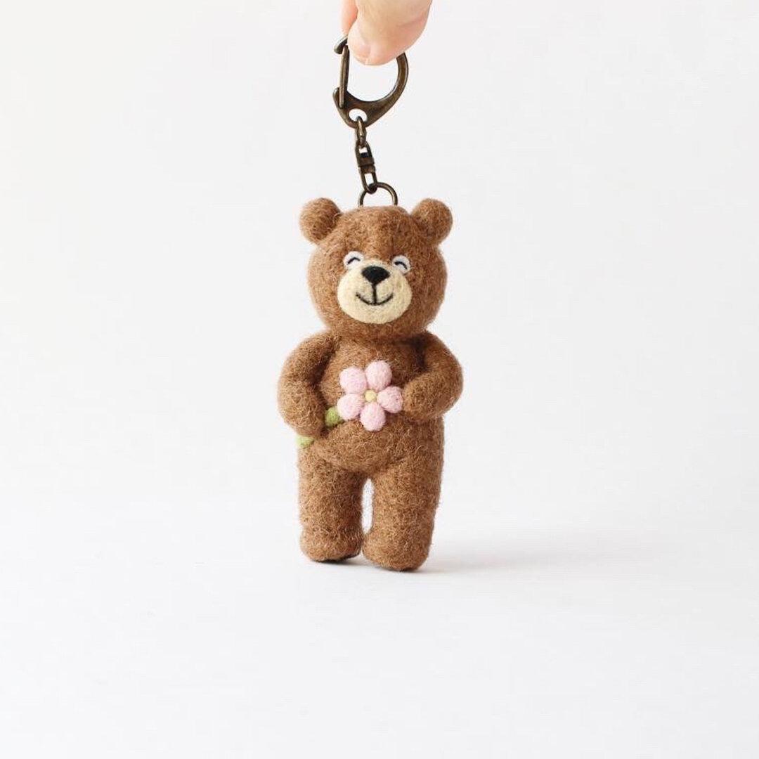 一輪の花を贈るクマさん