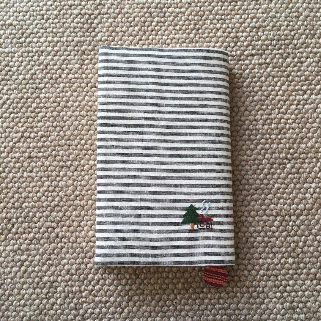 新書本ブックカバー(木と家)