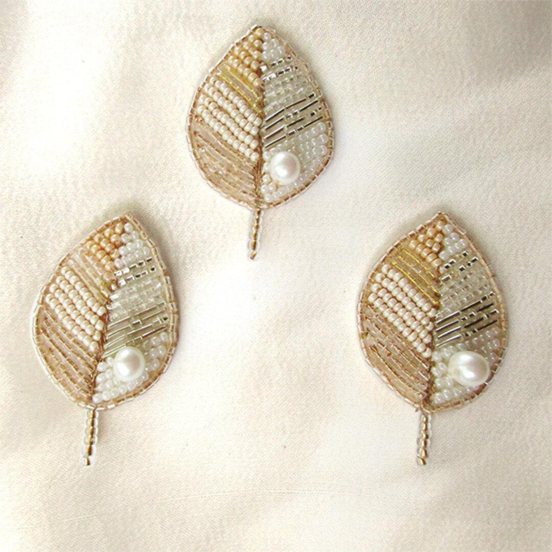 小さな葉っぱのビーズ刺繍ブローチ アイボリー