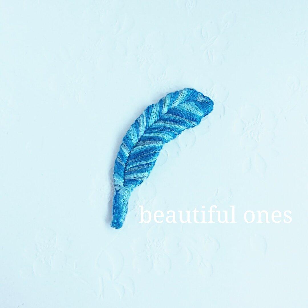 青い羽根のブローチ
