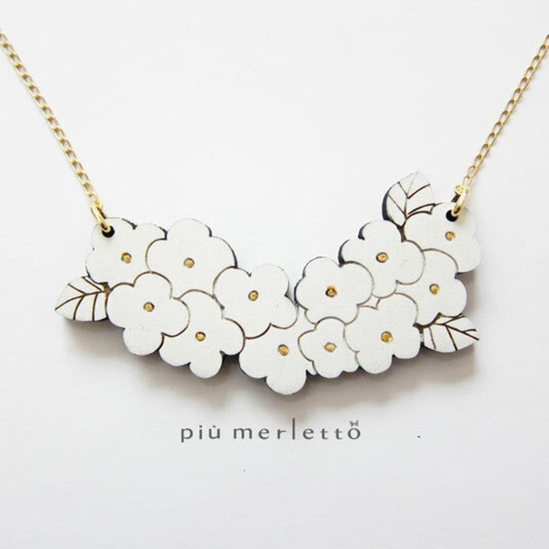 白のお花-all white-*木のネックレス