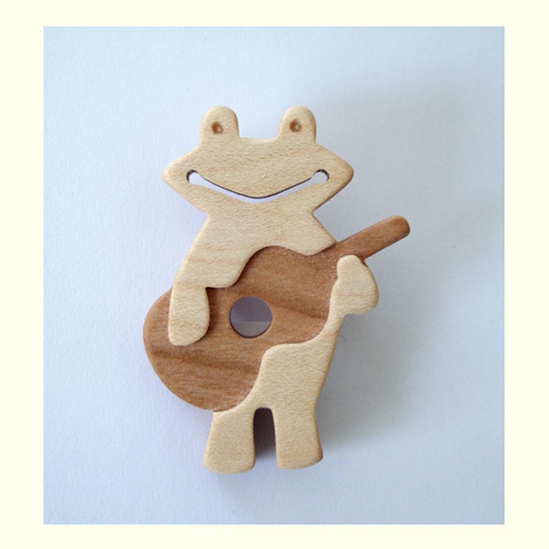ブローチ カエルとギター