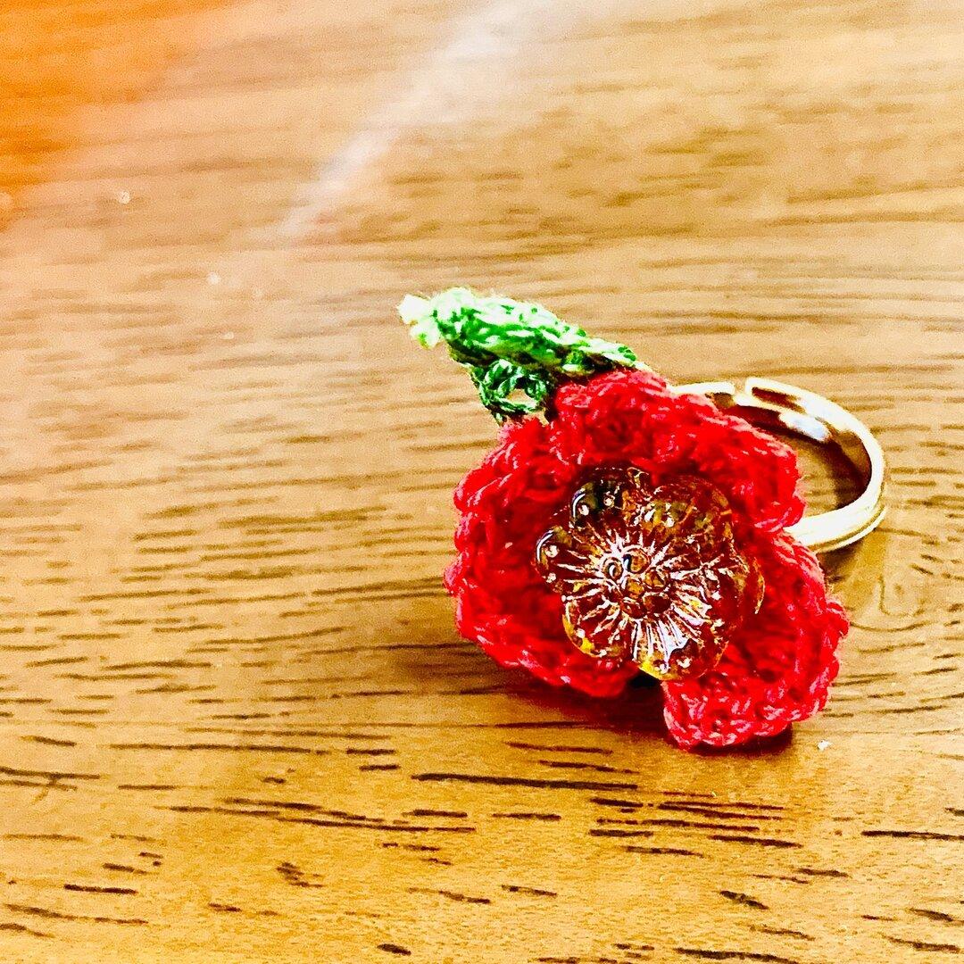 赤い花の編み込みリング
