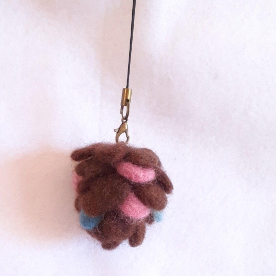羊毛フェルトの松ぼっくりストラップ(ピンク&ブルー)