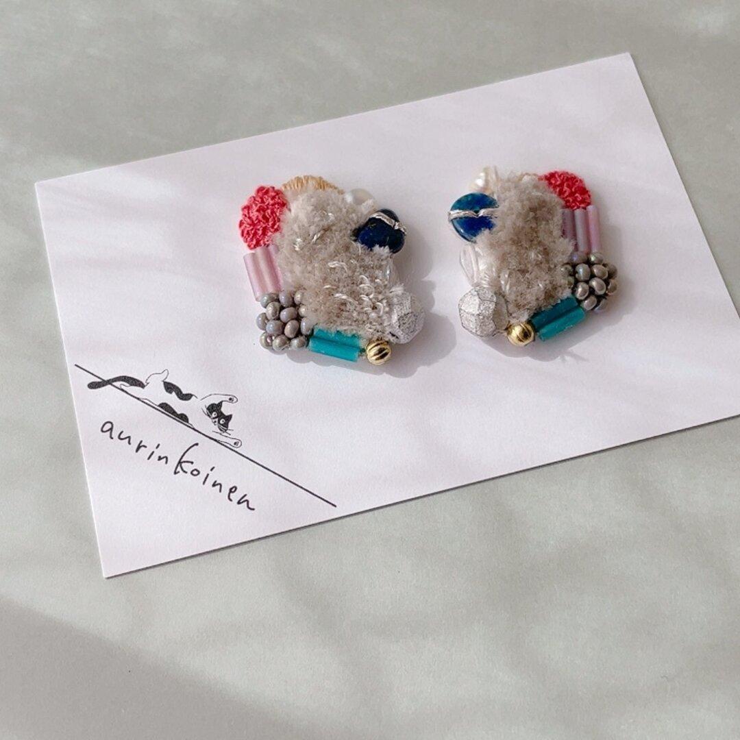 12月の天然石と刺繍のもふもふイヤリングorピアス《kuuma》/ラピスラズリ