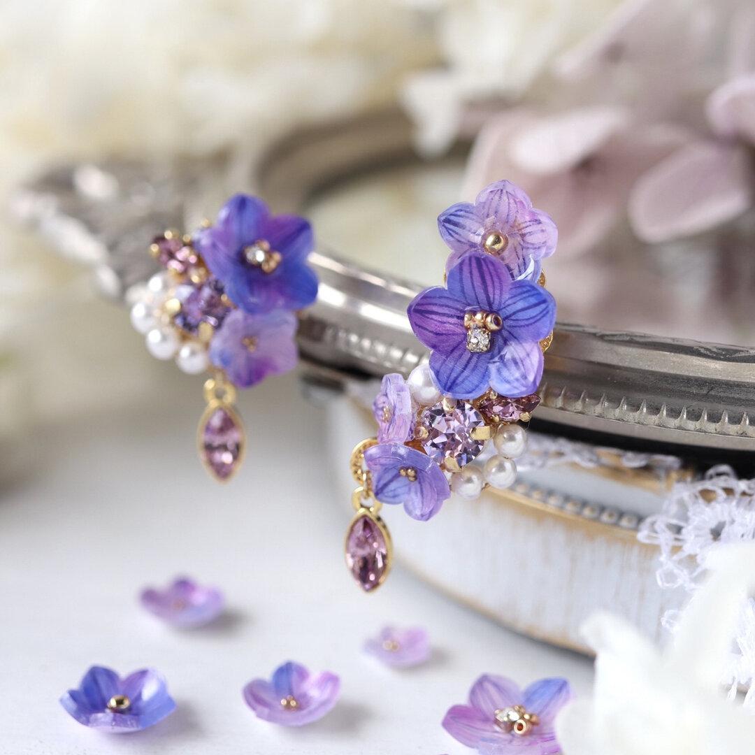 桔梗とスワロフスキーbijouのピアス/イヤリング(右)とイヤーカフ(左)  青紫