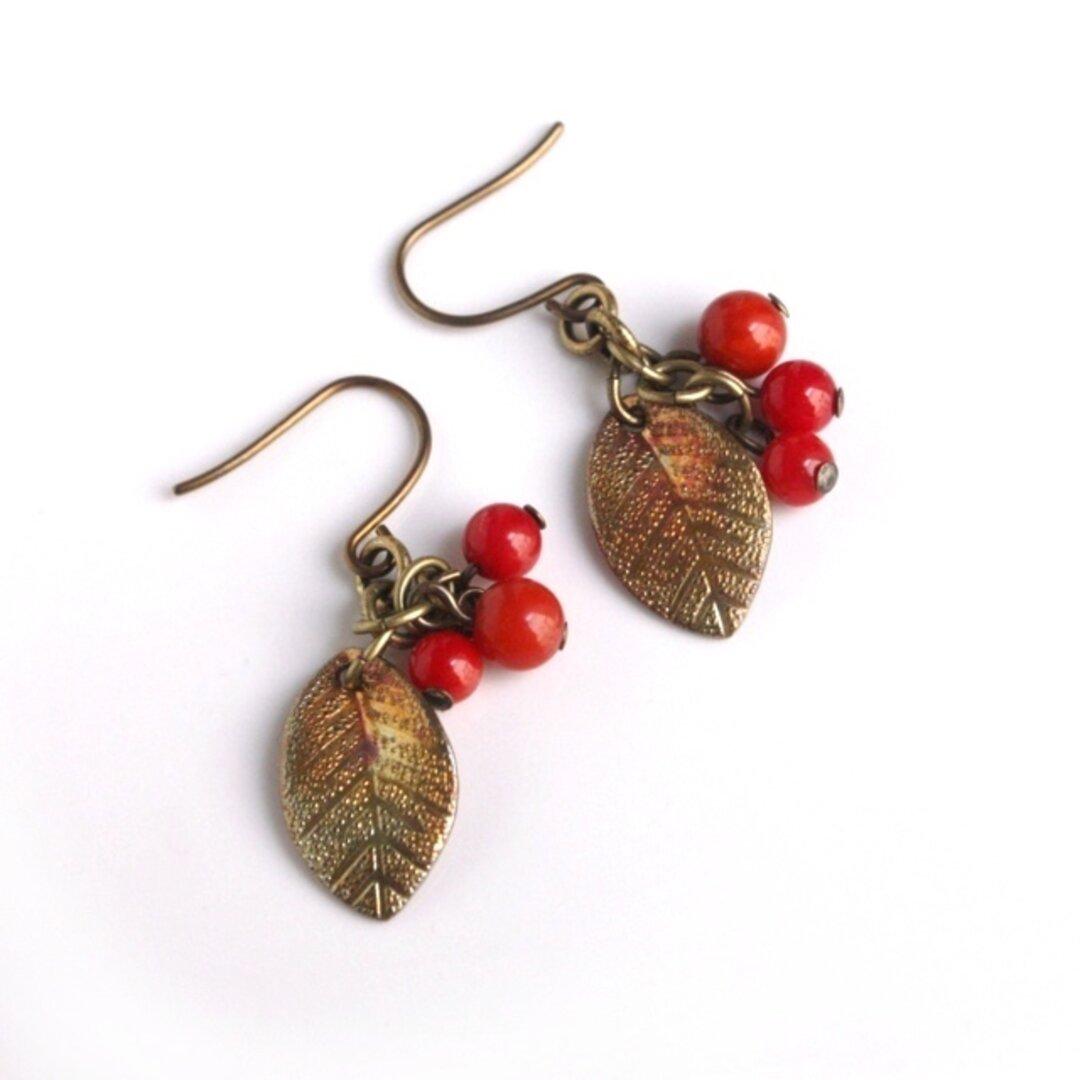 秋~1月販売◆赤い実りの秋色ピアス(チタンフック*染め珊瑚)