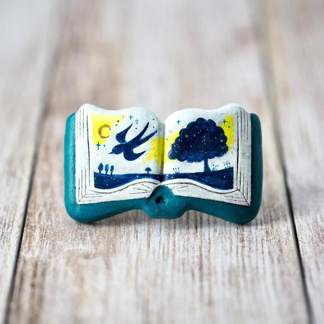 絵本ブローチ《ツバメの夜》【手描きイラスト・陶器・陶土ブローチ】