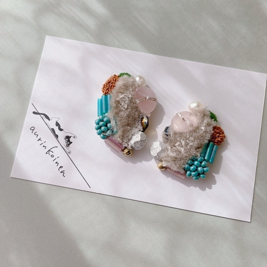 10月の天然石と刺繍のもふもふイヤリングorピアス《kuuma》/ローズクォーツ