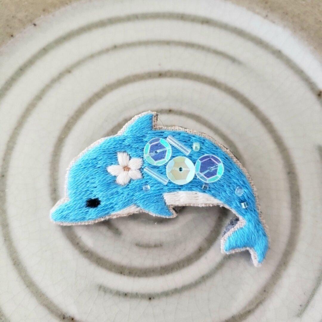 イルカの刺繍ブローチ【受注製作】