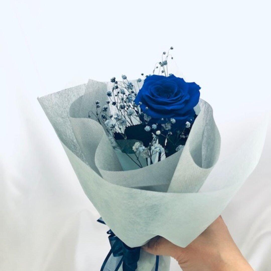 【プリザーブドフラワー/青い薔薇とブルーカスミ草の祝福一輪ラッピング付き】