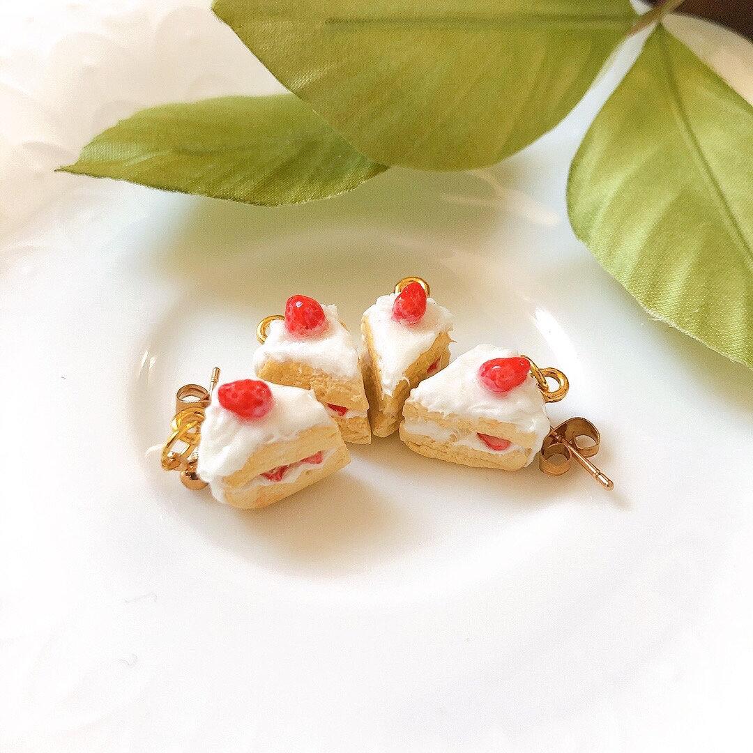 ミニチュアいちごのショートケーキ(ゴールド)  ピアス/イヤリング