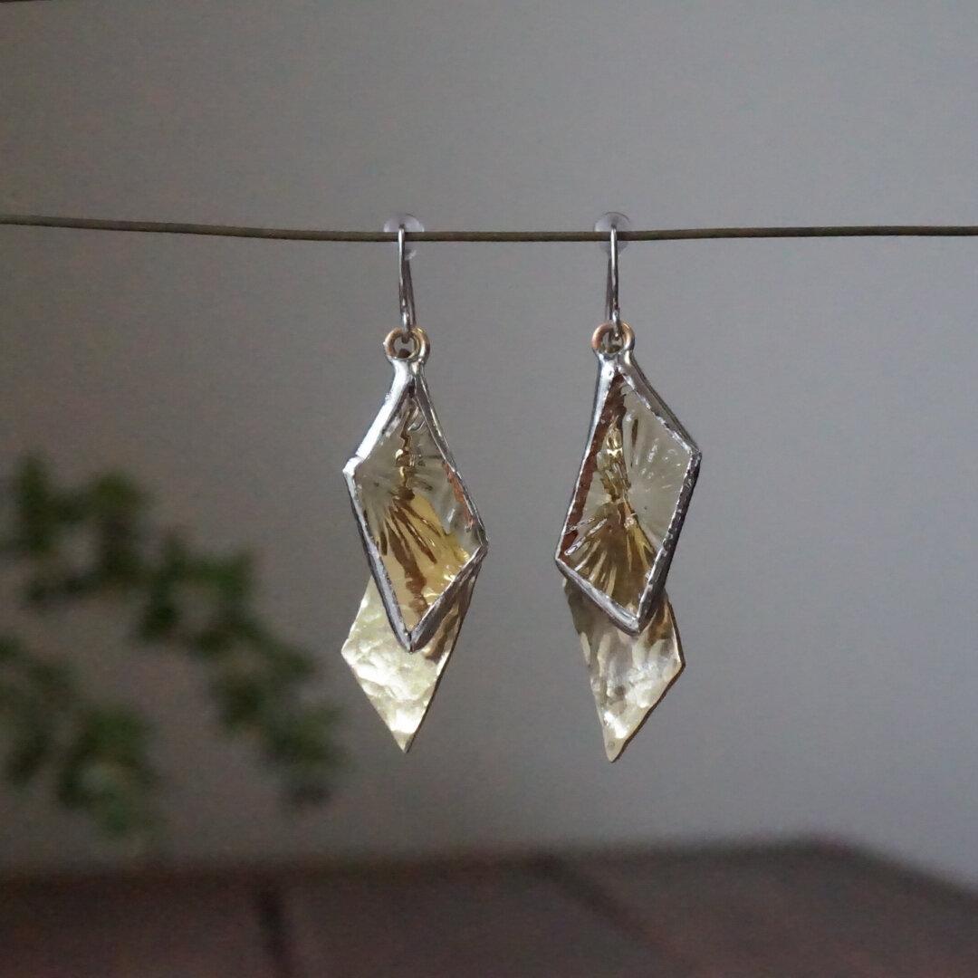 (再販)花柄アンバーガラスと真鍮のゆらゆらピアス ステンドグラス