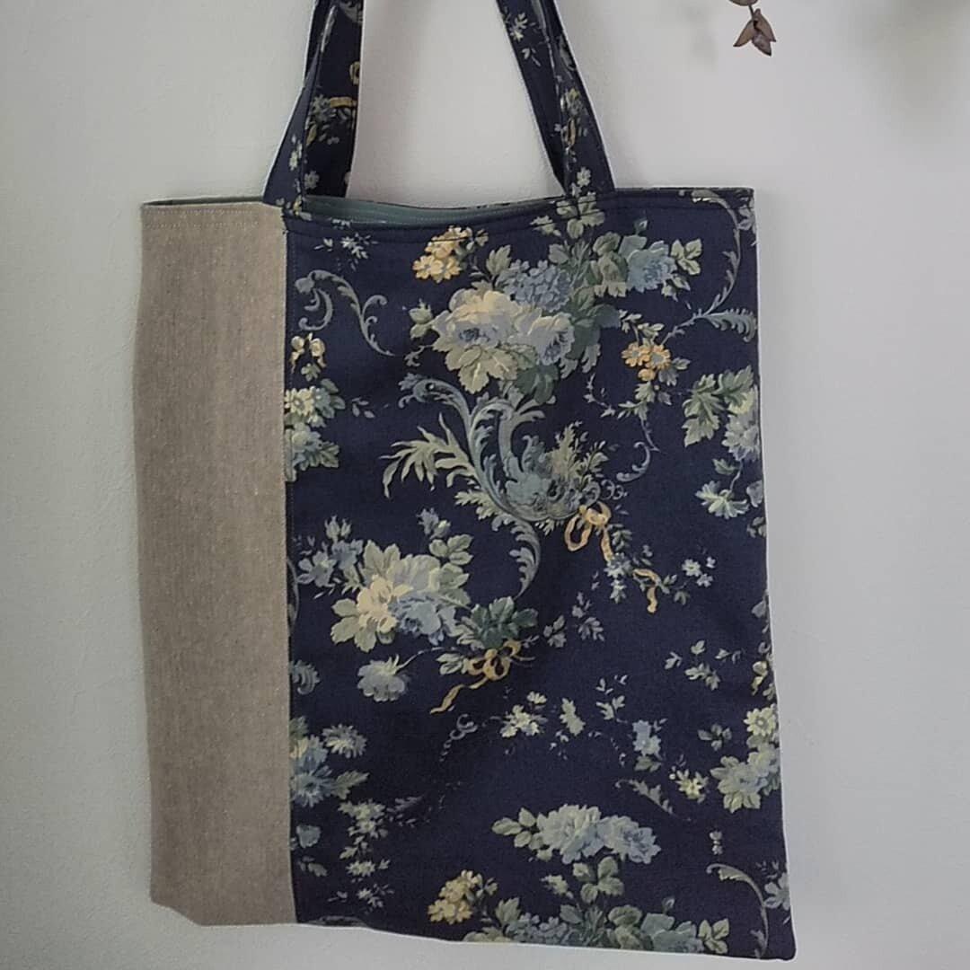 リネンとアンティーク薔薇柄の手提げバッグ(青系)