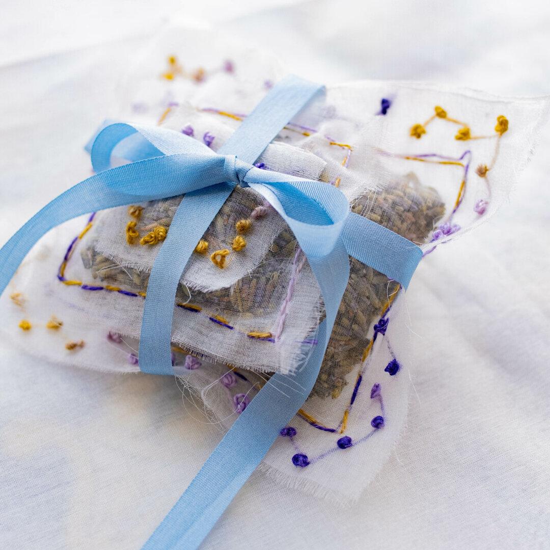 リネン刺繍糸で作るラベンダーのサシエの制作キット_ブルーのリボンで