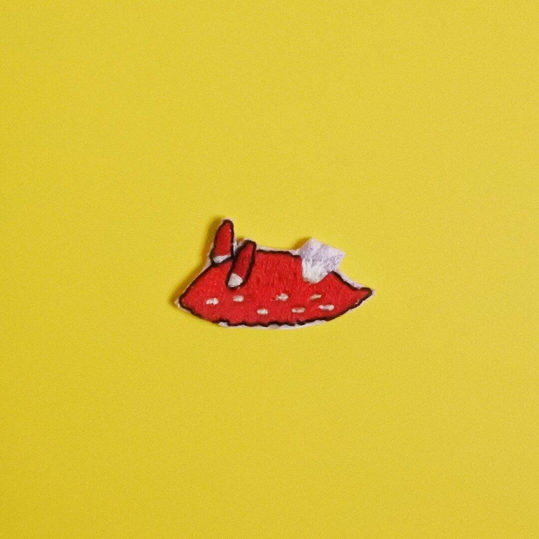 うみうしの刺繍シール<アカズキンリュウグウウミウシ>