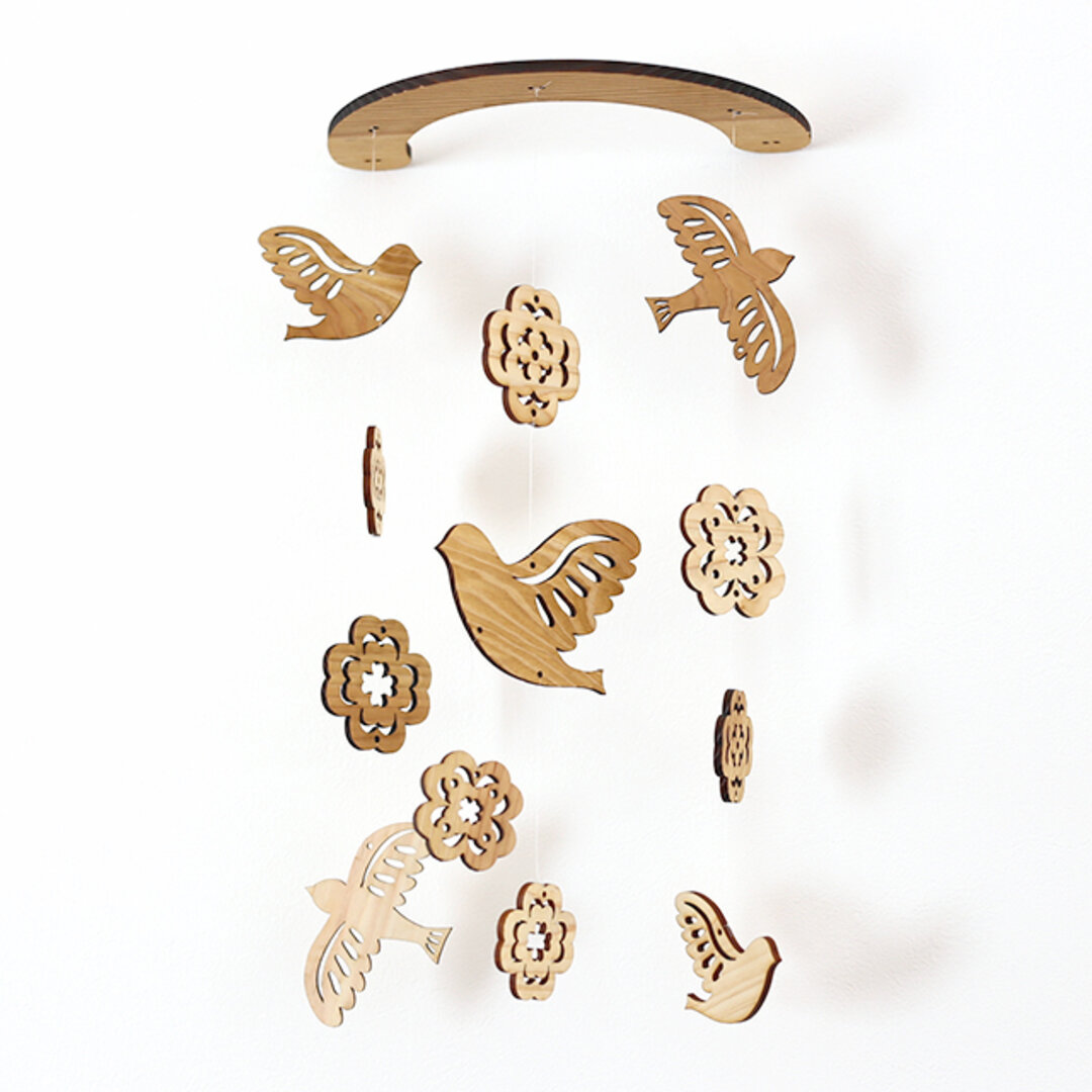 壁にかけられる木のモビール(鳥とクローバー)