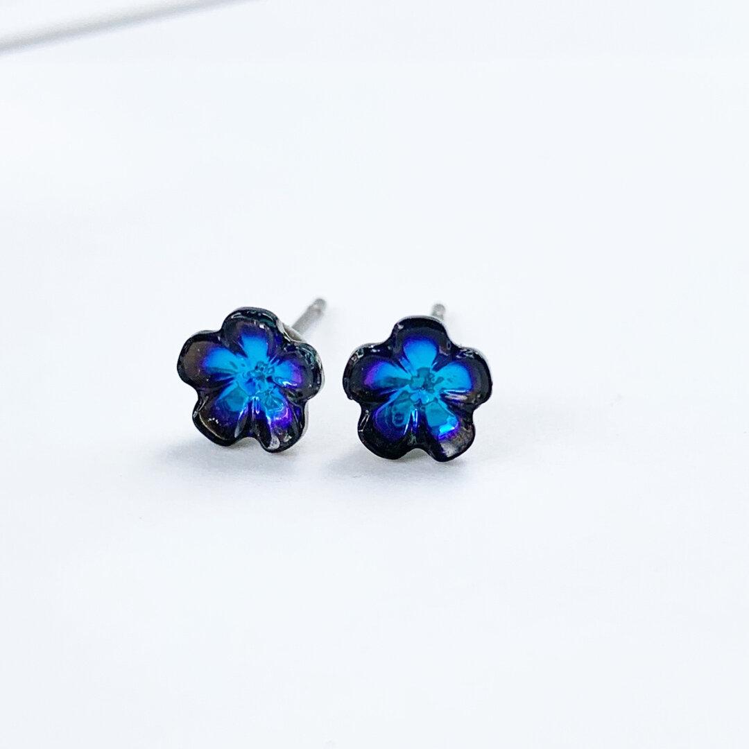 青い花のピアス/イヤリング 樹脂ピアス サージカルステンレスピアス 樹脂イヤリング