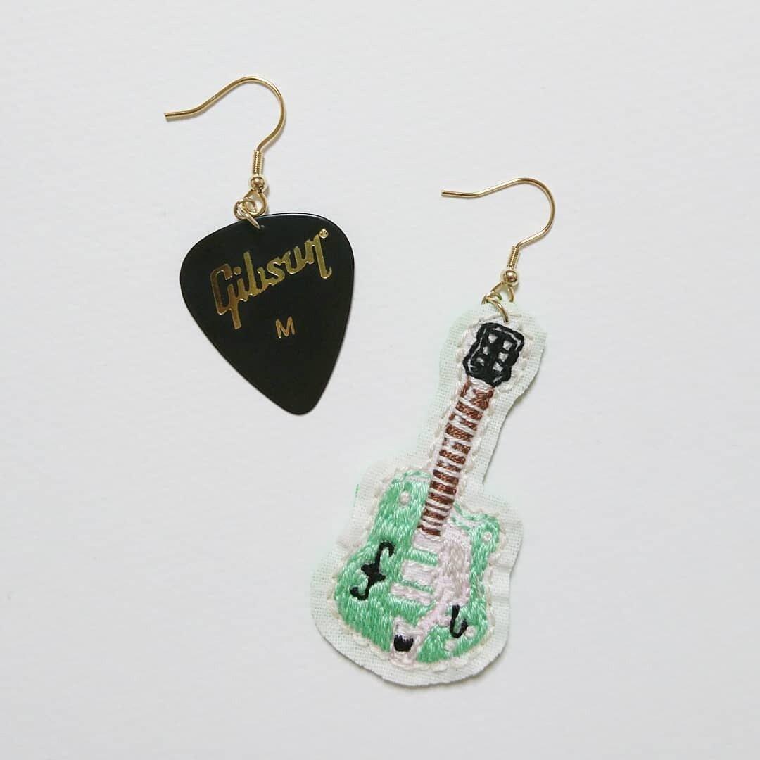 ピックとエレキギターの刺繍ピアス