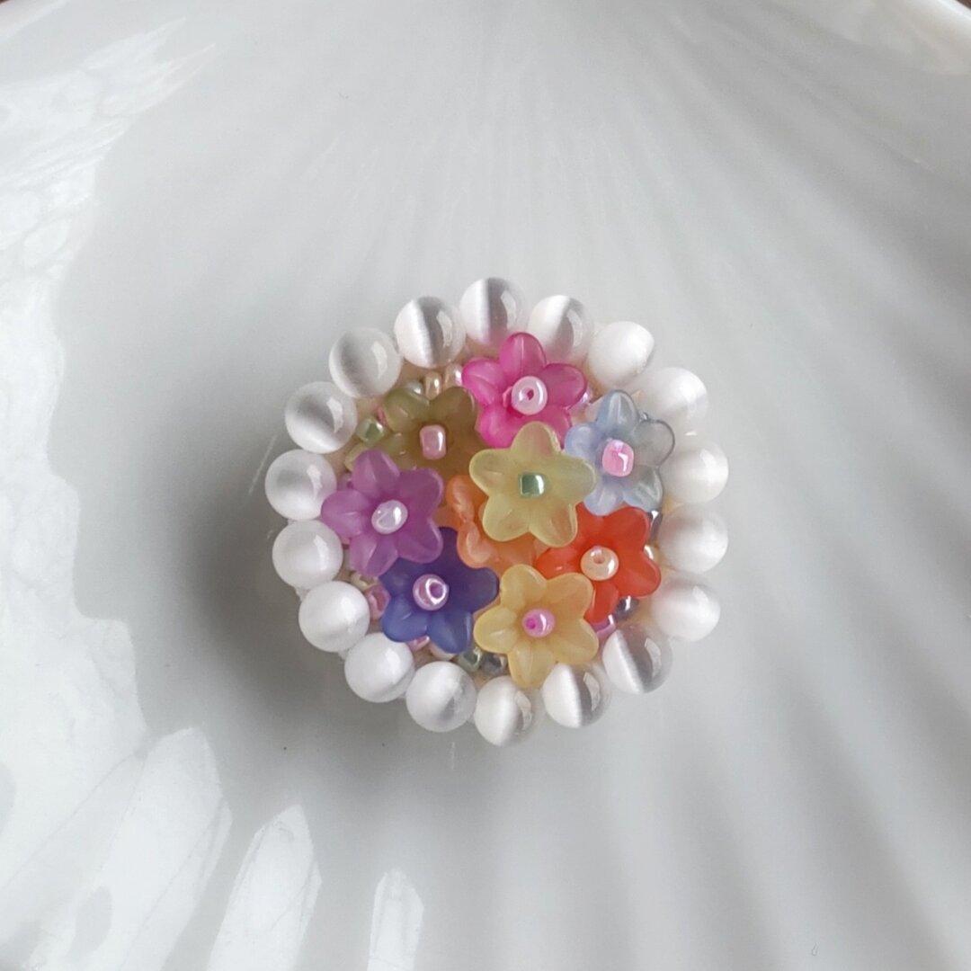 キャッツアイが輝く お花のビーズ刺繍ブローチ