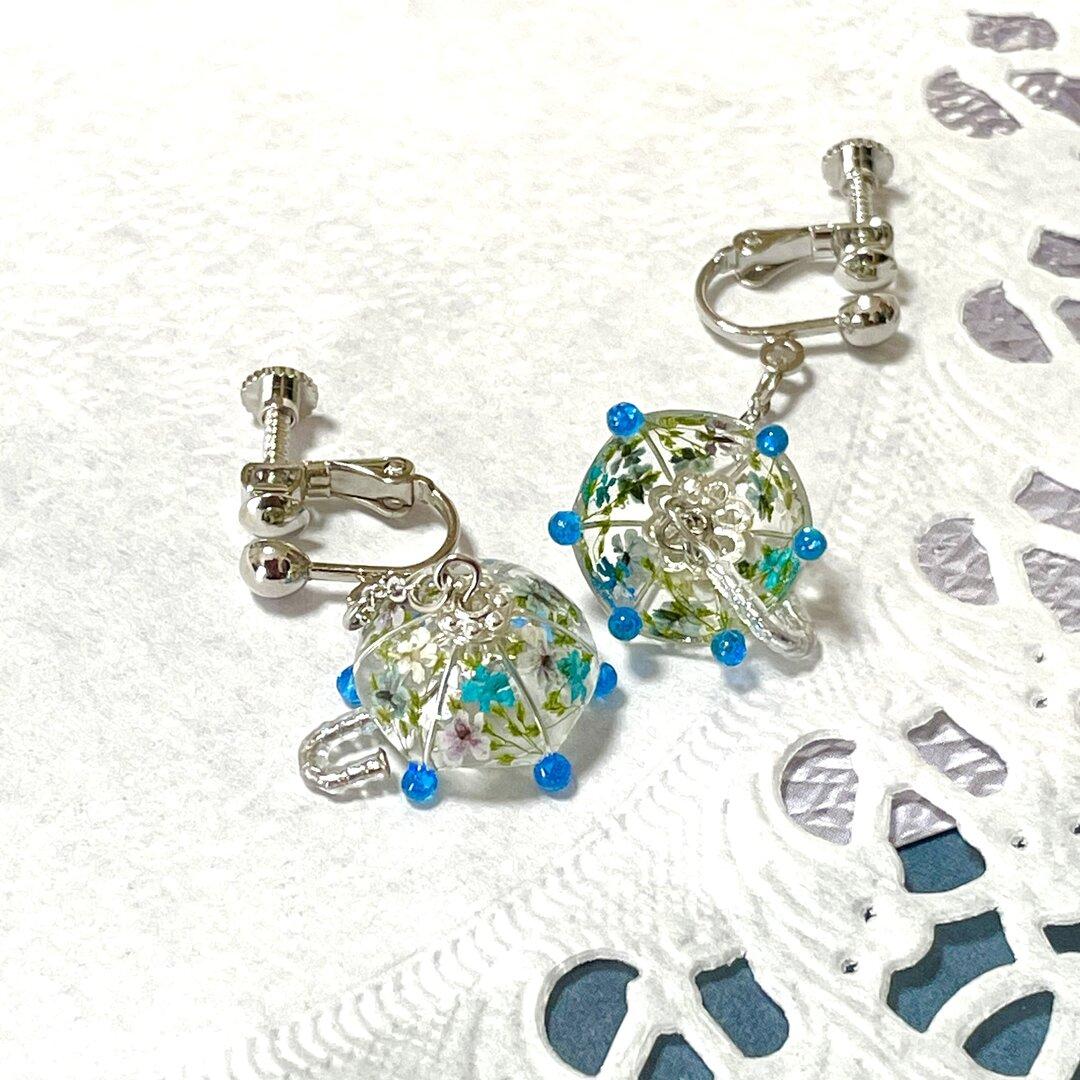 花柄パラソルのイヤリング(ブルー)