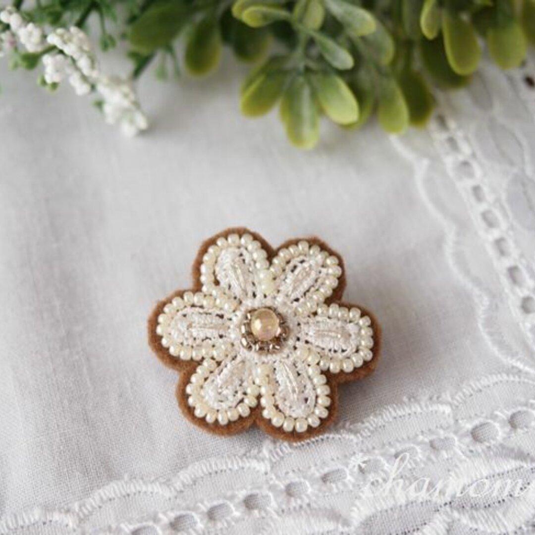 お花モチーフのビーズ刺繍ブローチ(ブラウン)