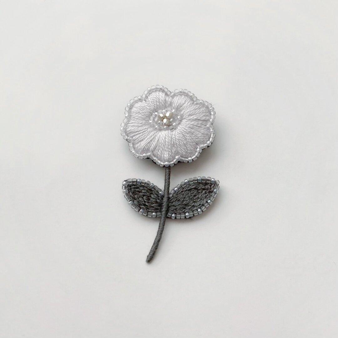 お花の刺繍ブローチ gray purple