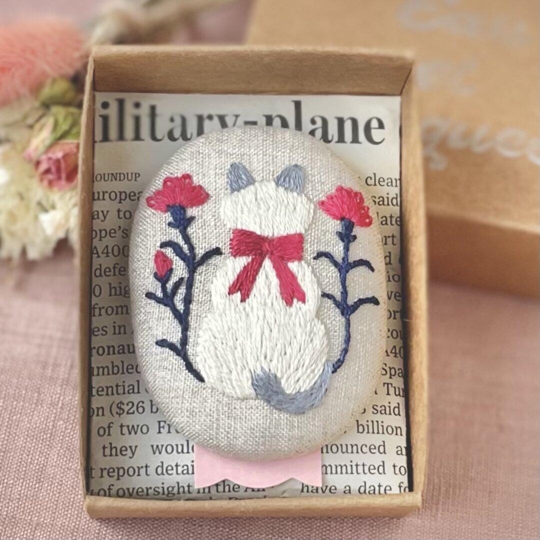 Cat&Flowers 刺繍ブローチ 猫とカーネーション