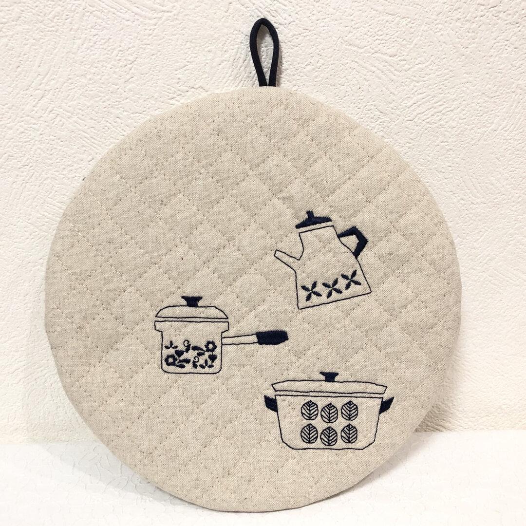 可愛いお鍋やケトルの刺繍入り ネイビー  まーるい鍋敷き ポットマット ルクルーゼにも