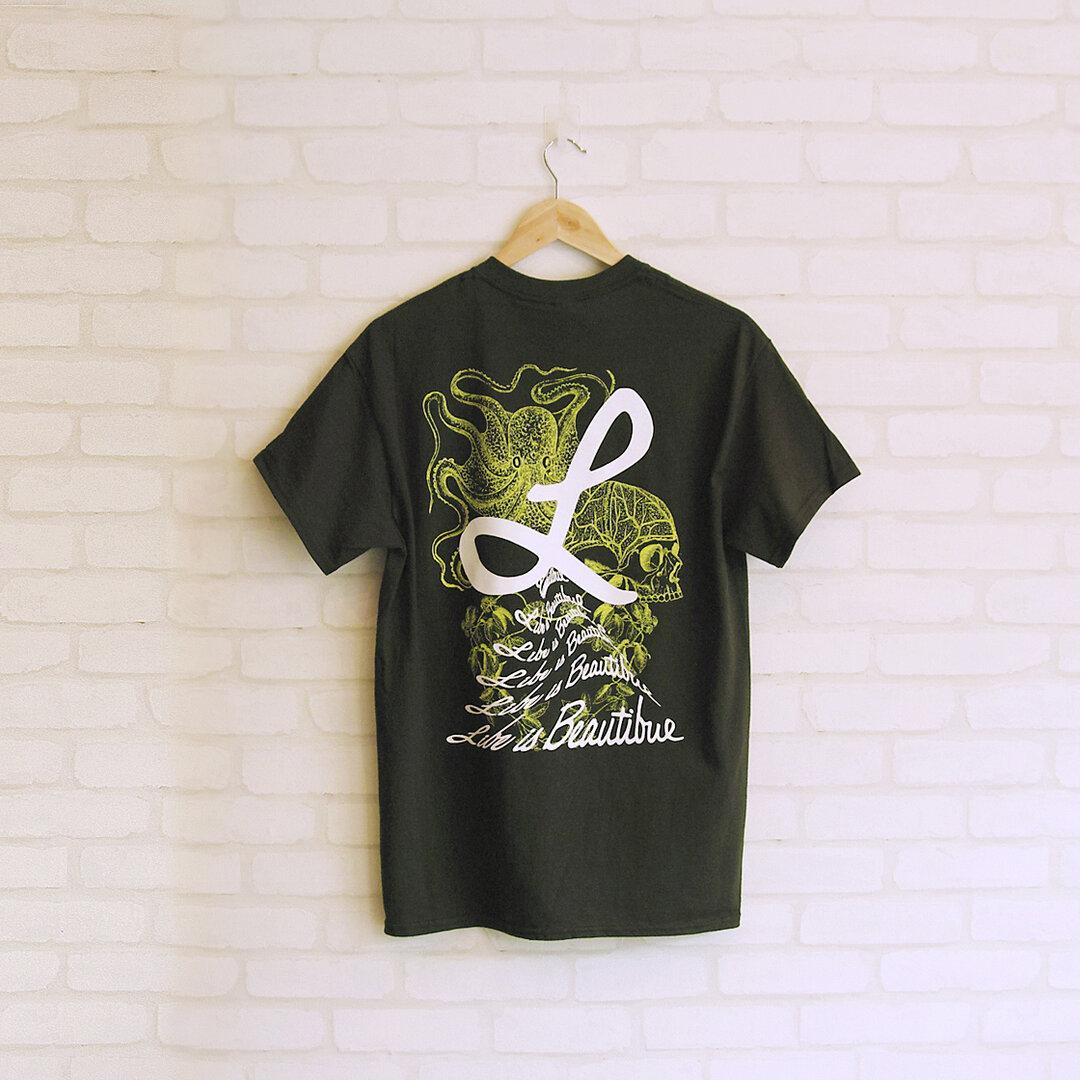 Octopus and Human Institute/タコとヒト研究所 _ Tシャツ[フォレストグリーン × ホワイト・蛍光イエロー]