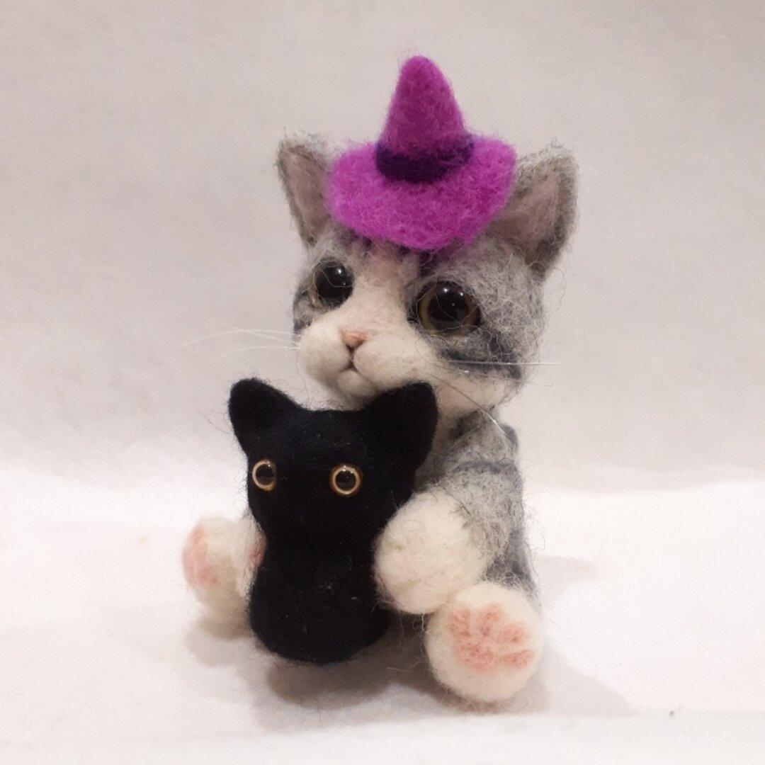 羊毛フェルトの猫 黒猫を抱くサバトラちゃん