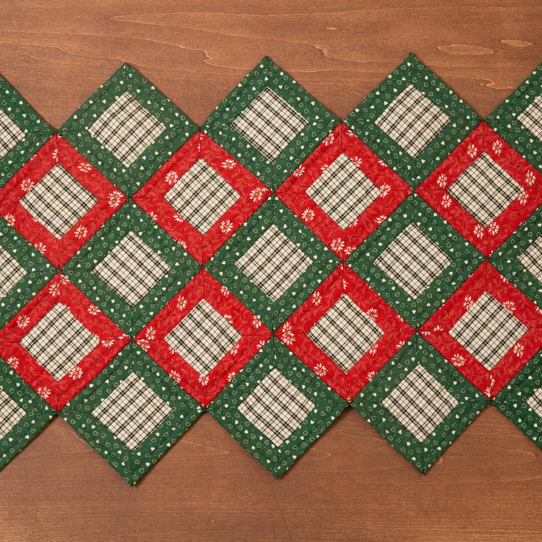 カントリー風★クリスマスにピッタリ★キルトのテーブルセンター(赤×緑)