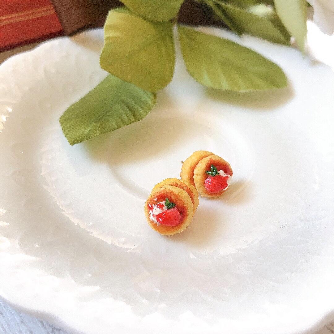 ミニチュアいちごと生クリームのデザートパンケーキ  ピアス