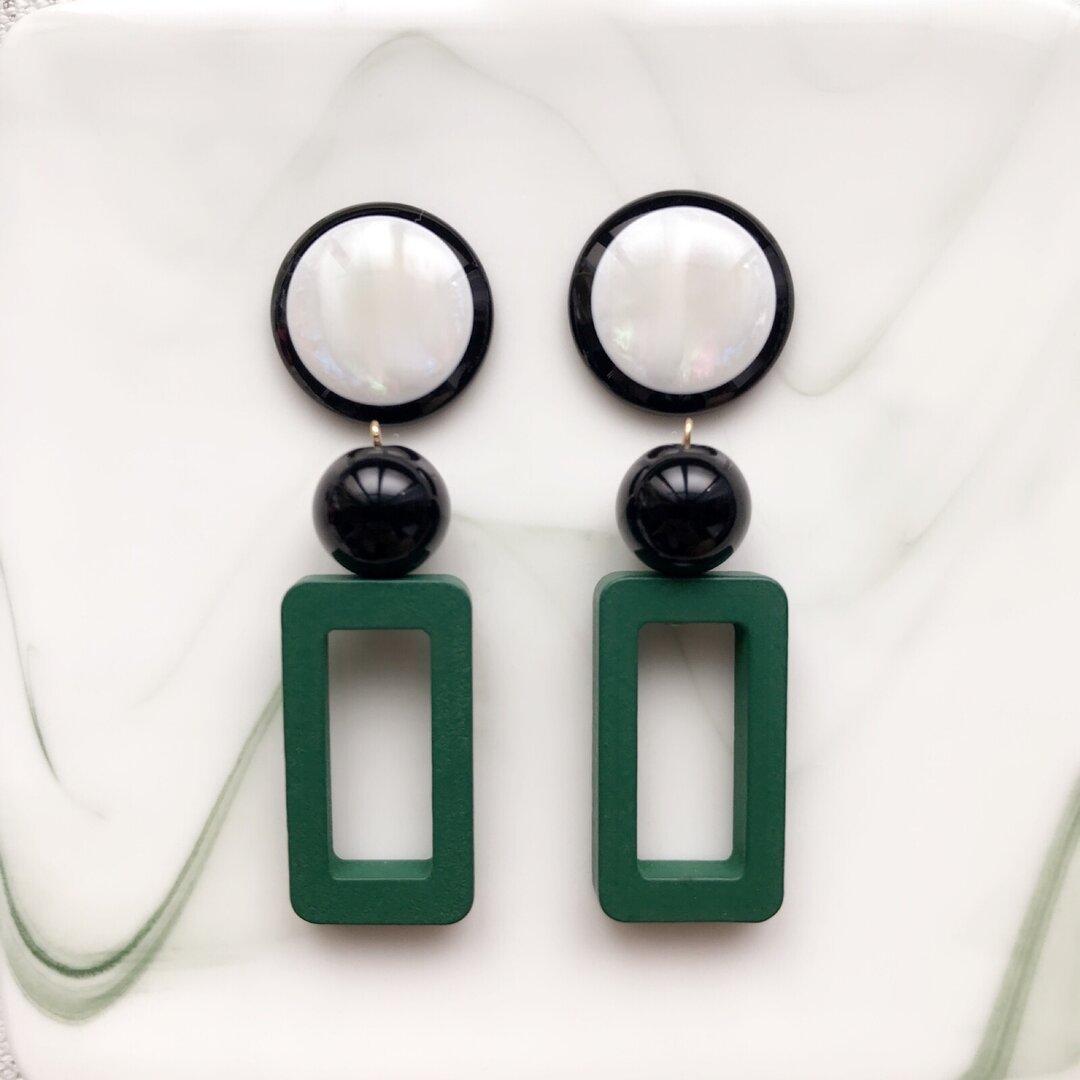 長方形ウッド(グリーン)大ぶりピアス/大ぶりイヤリング✴︎チタンピアス/蝶バネイヤリング/ネジバネイヤリング/緑/ウッド/個性的/軽い