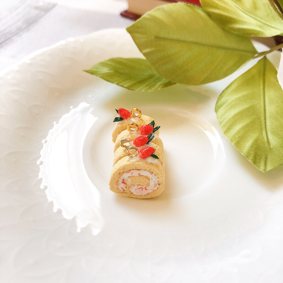 ミニチュアいちごのロールケーキ(シルバー)  ピアス/イヤリング